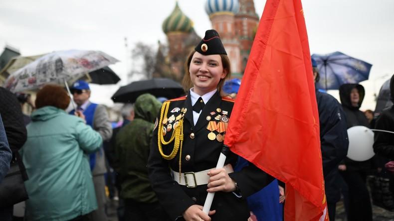 """""""Arbeit, Frieden, 1. Mai"""": Feierlichkeiten zum Tag der Arbeit auf dem Roten Platz in Moskau"""