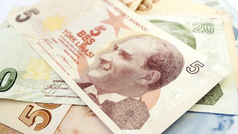 Mann will Auto kaufen, aber lässt Geld im Bus liegen: Fahrer gibt Fahrgast 5.900 Euro zurück