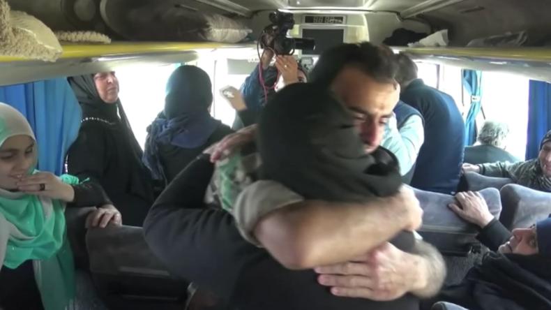 Wiedersehensfreude: SAA befreit Dutzende Geiseln der Islamisten und bringt sie ihren Familien zurück