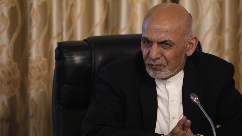 Erster elektronischer Ausweis Afghanistans geht an Präsident Ghani