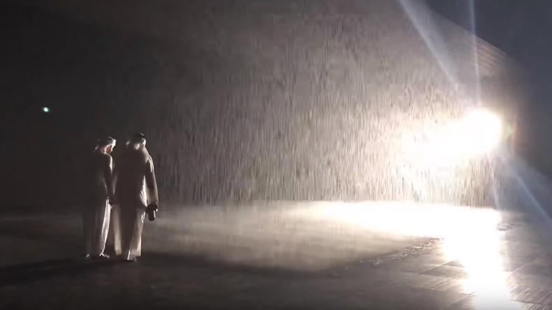 """Platzregen in VAE macht niemanden nass: """"Regenzimmer"""" in Schardscha sorgt für Spaß"""