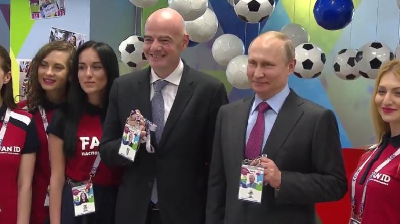 Bald geht's los! Putin holt sich seinen Fan-Pass für die Fußball-WM ab