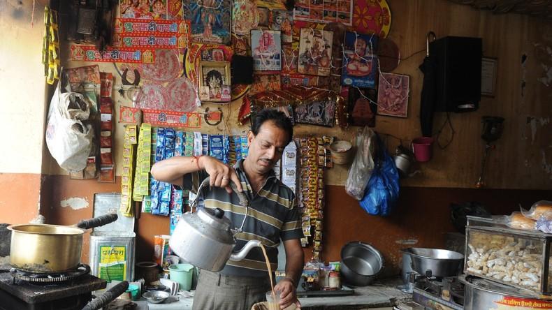 Abwarten und lieber keinen Tee trinken: Getränkeverkäufer füllt Heißgetränke auf Zugtoilette um