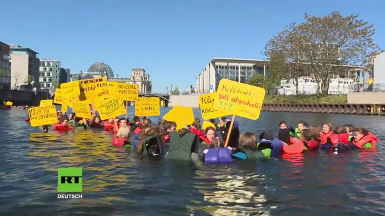 Greenpeace Aktivisten springen in die Spree, um gegen Kohleabbau zu protestieren