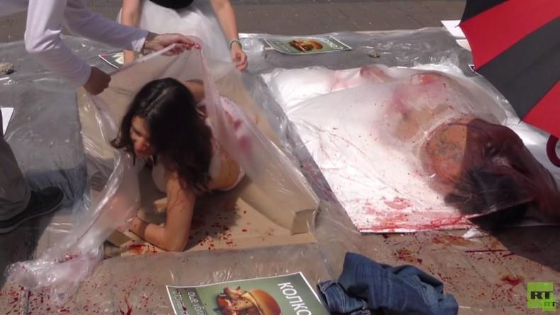 """Pro-Vegan-Aktivisten bieten verpackte blutverschmierte Körper als """"Menschenfleisch"""" an"""