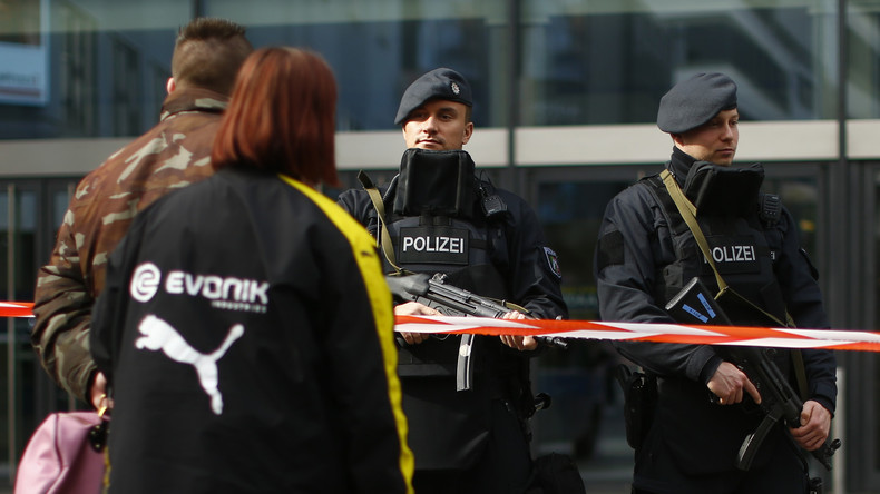 Auto fährt in Essen in Menschengruppe - Polizei sucht verletzte Frau
