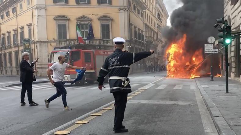 Bus geht im Herzen Roms in Flammen auf: Meterhohe Rauchsäulen, loderndes Feuer