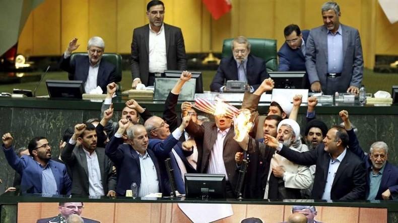 Protest gegen Aufkündigung von Atomabkommen: Iranische Abgeordnete verbrennen US-Fahne im Parlament