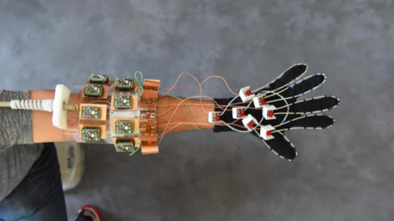 """Erster MRT-""""Handschuh"""" ermöglicht flexible Untersuchung der Hand - sogar beim Klavierspielen"""