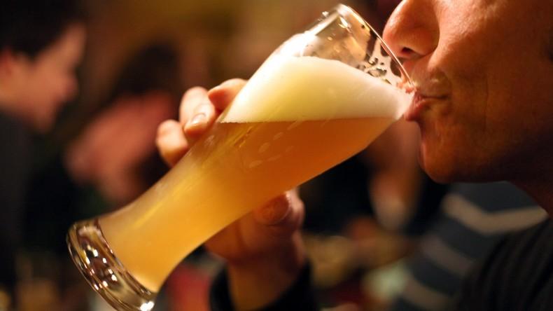 Mit Glas Bier in der Hand: 100-Jährige gibt Geheimnis ihrer Langlebigkeit preis