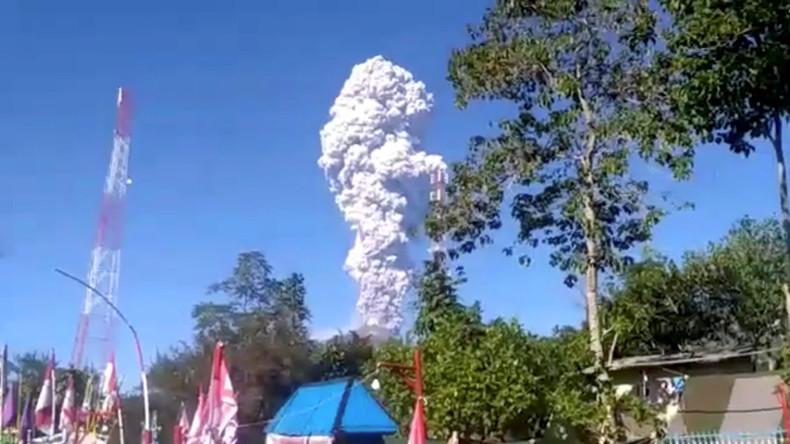 Indonesien: Einer der gefährlichsten Vulkane der Welt bricht aus und treibt Hunderte in die Flucht
