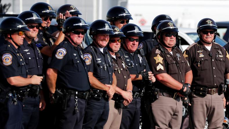 Alle für einen: 70 US-Polizisten begleiten den Sohn ihres getöteten Kollegen zur Schule