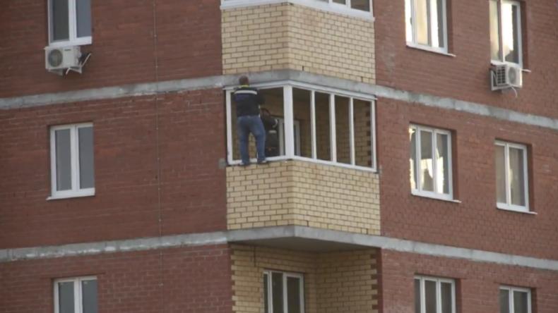 Ohne Sicherung im 12. Stockwerk: Russischer Fensterbauer werkt in schwindelerregender Höhe