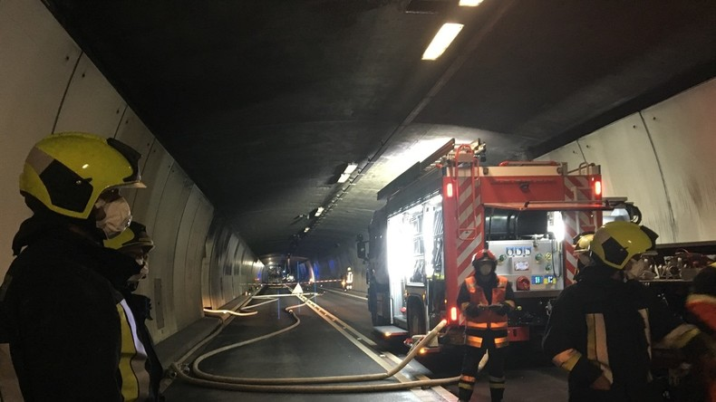 Deutscher Bus im Bernardino-Tunnel in Brand geraten
