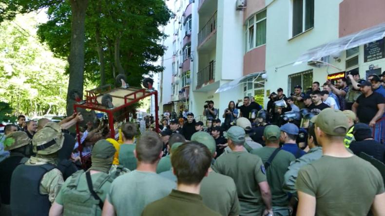 """Odessa: """"Separatist!"""" - Rechter Mob wütet vor Büro eines Israelis, weil dieser Spende verweigerte"""