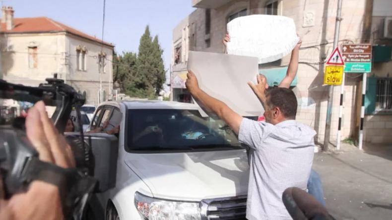 """""""You are not welcome"""" - Palästinensische Protestler hindern US-Gruppe an Besuch von Abschlussfeier"""