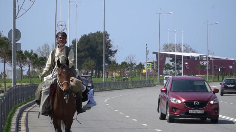 Nach alter Art der Mongolen: Reiternomade besucht WM-Städte hoch zu Pferd