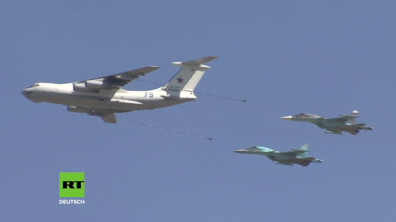 Russland: Hubschrauber und Kampfjets am Himmel bei den Aviadarts