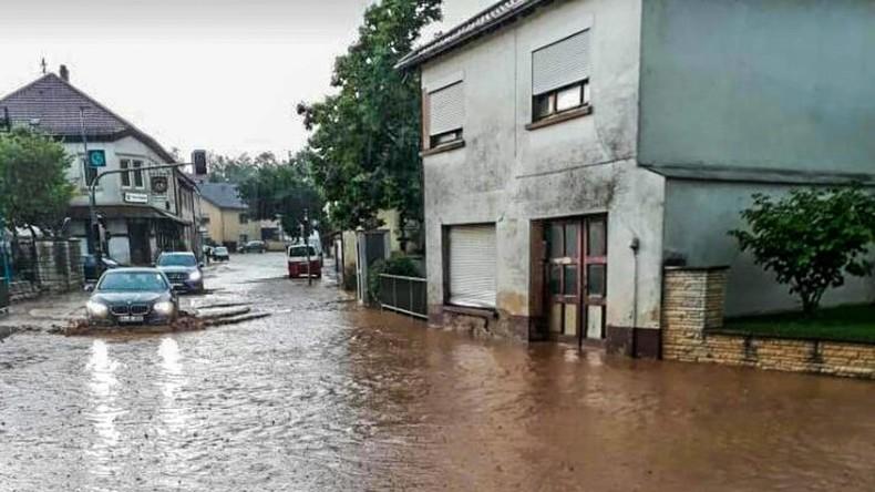 """""""Es herrscht Chaos hoch drei"""": Heftiges Gewitter überschwemmt Keller und Straßen in Nordhessen"""