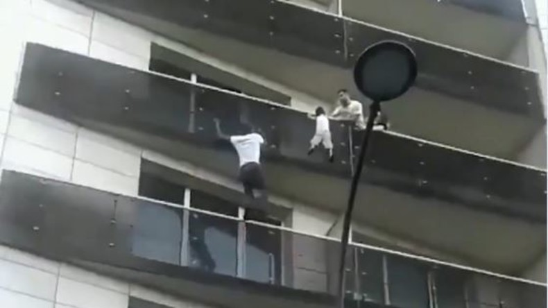 """Spiderman"" in Paris: Junger Mann rettet Kind vom Balkon"