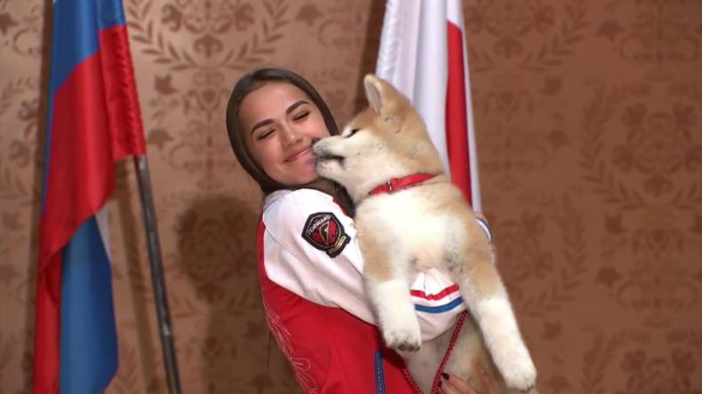 Liebe auf den ersten Blick: Japan schenkt russischer Eiskunstlauf-Olympiasiegerin Akita-Welpen