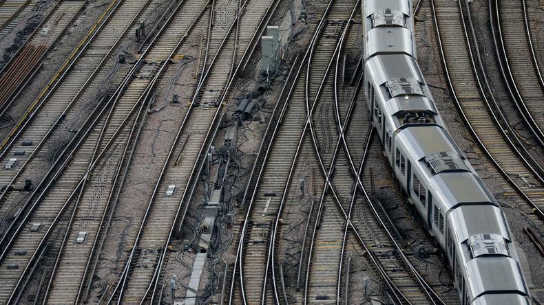 Passagierzug verfährt sich auf Gleisen in England