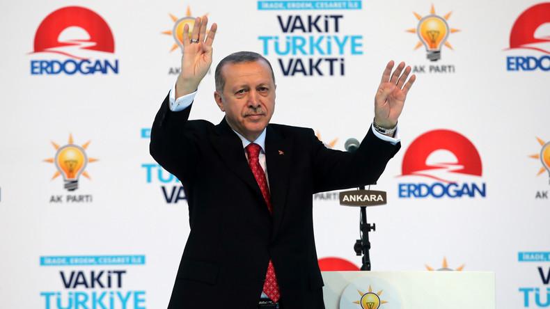Zeitungsartikel mit Erdogan-Hitler-Vergleich ruft französischen Präsidenten auf den Plan