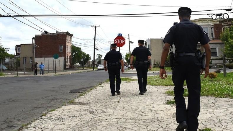 US-Polizist schlägt Frau bei Festnahme auf Kopf: Bürgermeister verteidigt ihn, Internet empört