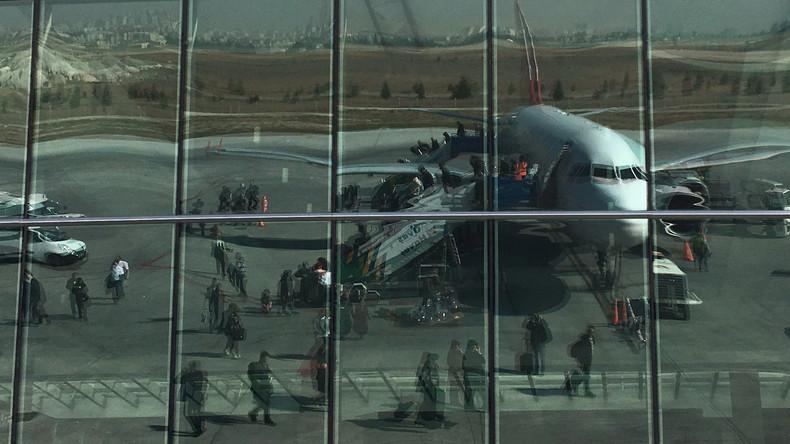 Flugzeugcrew wirft Passagier raus – Mann fällt auf Startbahn und stirbt