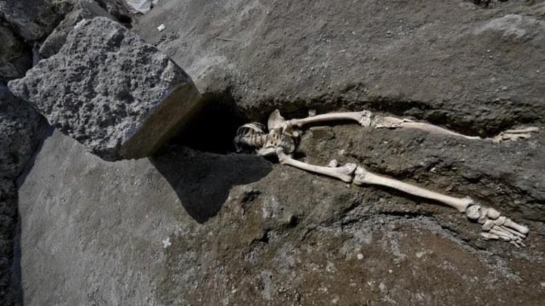 Skelett in Pompeji ausgegraben: Mann überlebte ersten Ausbruch und wurde von Steinblock zerquetscht