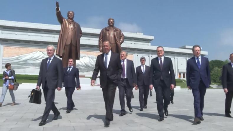 Russischer Außenminister Lawrow besucht Nordkorea und legt Blumen in Pjöngjang nieder