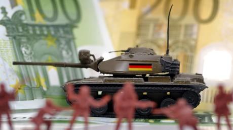 Während NATO-Staaten wie Deutschland unter Verweis auf eine angebliche russische Bedrohung ihre Militäretats deutlich erhöhen, hat Moskau seinen eigenen stark reduziert.