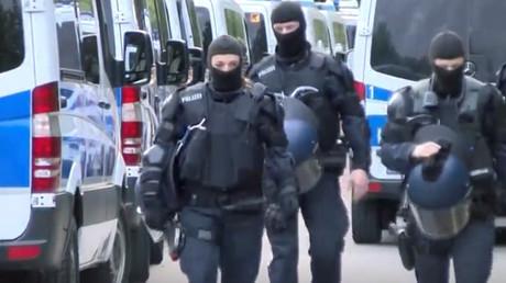 Großaufgebot der Polizei rund um ein früheres Bundeswehrgelände in baden-württembergischem Ellwangen: Die Beamten rückten mit mehreren Dutzend Mannschaftsbussen an. Die Straßen waren weiträumig abgesperrt. Außerdem hielt sich die Polizei mit weiteren Kräften in Bereitschaft.