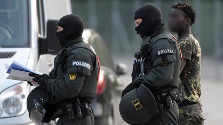 Maskierte Polizisten bringen einen Mann aus dem staatlichen Aufnahmezentrum für Flüchtlinge in Ellwangen. Der massive Polizeieinsatz im Flüchtlingszentrum sollte nach der gescheiterten Abschiebung eines 23-jährigen Togoers vor drei Tagen die Durchsetzungsfähigkeit des Rechtsstaats demonstrieren.