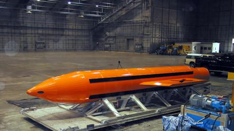 Symbolbild: Eine Massive Ordnance Air Blast (MOAB)-Bombe wird für einen Test vorbereitet im Eglin-Rüstungszentrum der US-Luftwaffe.