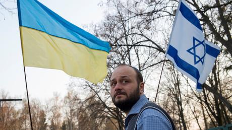Flaggen bei einem Protest gegen Antisemitismus in Kiew  im April
