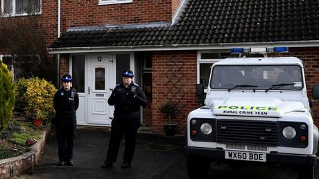 Salisbury, 6. März: Ohne Schutzanzüge sichern Polizistinnen den Eingang des Hauses von Sergej Skripal. An der Haustür wurde laut britischen Behörden Nowitschok angebracht. Aufgrund der immer noch von diesem ausgehenden Gesundheitsrisiken erwägen sie, das Haus abzureißen.