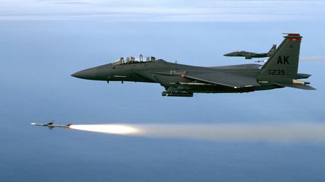 Zwei F-15 der 90th Fighter Squadron, Elmedorf AFB, Alaska, feuern während einer undatierten Trainingsmission AIM-7M-Raketen ab