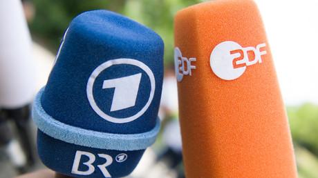Bunte Mikrofone mit den Logos von ARD/BR und ZDF. Ab 7. Mai gehen die Daten aus den Einwohnermeldeämtern an den Beitragsservice in Köln, der im Auftrag von ARD, ZDF und Deutschlandradio den Rundfunkbeitrag einzieht.