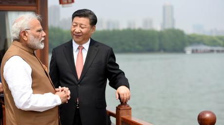 Indiens Premierminister Narendra Modi spricht mit dem chinesischen Präsidenten Xi Jinping während einer Bootsfahrt auf dem See in Wuhan, China, am 28. April 2018.