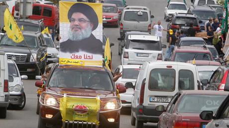 Ein Autofahrer wirbt in Beirut mit dem Konterfei von Hisbollah-Chef Sayyed Hassan Nasrallah bei den Parlamentswahlen im Libanon.