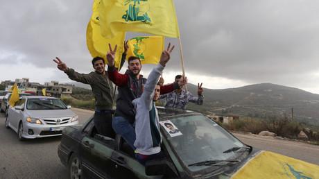 Anhänger von Sayyid Hassan Nasrallah, dem Generalsekretär der libanesischen Hisbollah, feiern den Wahlerfolg.