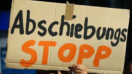 Ein Mann auf dem Düsseldorfer Flughafen hält ein Schild hoch gegen die Entscheidung der Bundesregierung, Migranten, denen Asyl verweigert wurde, abzuschieben; Düsseldorf, 12. September 2017.
