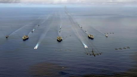Symbolbild: Die USS Nimitz, USS Kitty Hawk und USS John C. Stennis Carrier Strike Groups während des Manövers