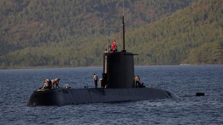 Ein U-Boot der Preveze-Klasse der türkischen Marine nähert sich dem türkischen Marinestützpunkt Aksaz während einer von der NATO gesponserten U-Boot-Flucht- und Rettungsübung  im September 2017 nahe Marmaris in der Türkei.