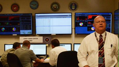 Cyberabwehroperation beim Kommando der U.S. Army für Elektronische Kommunikation in der Einrichtung Aberdeen Proving Ground, Maryland, USA.