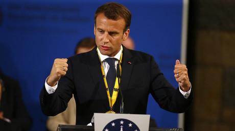 Frankreichs Präsident Emmanuel Macron bekam am 10. Mai in Aachen den Karlspreis verliehen.  Macron ist für seine Verdienste um die europäische Einigung ausgezeichnet worden.