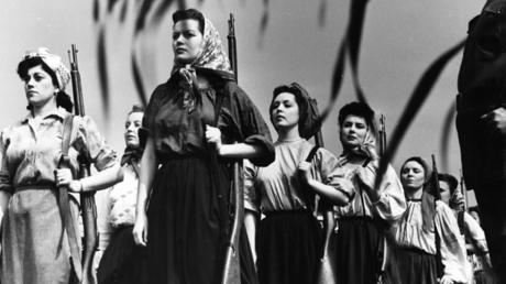 Song of Russia ist ein amerikanischer Kriegsfilm von 1944, gedreht und vertrieben von Metro-Goldwyn-Mayer. Das Kameraarbeit übernahm Gregory Ratoff , der allerdings während derfünfmonatigen Produktion zusammenbrach und durch László Benedek ersetzt wurde.