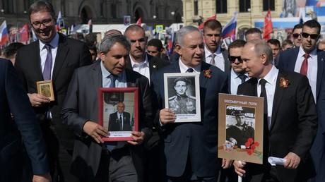 Der israelische Premierminister Benjamin Netanjahu (II v.r.) und Serbiens Präsident Alexander Vucic (I v.l.) nahmen am 9. Mai zusammen mit dem russischen Präsidenten Wladimir Putin am Volksmarsch