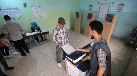 Wahlberechtigte geben am 12. Mai 2018 in einem Wahllokal im irakischen Basra  ihre Stimme ab. Mehr als die Hälfte blieb der Abstimmung fern.